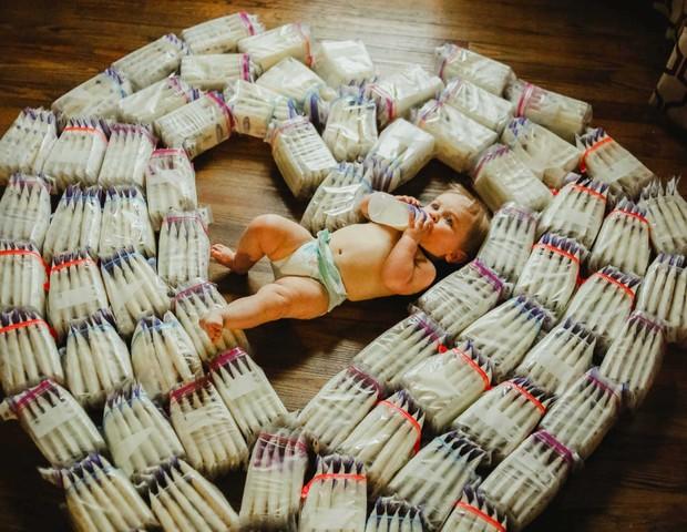 Ayden em meio à centenas de saquinhos de leite retirados pela mãe (Foto: Christa)