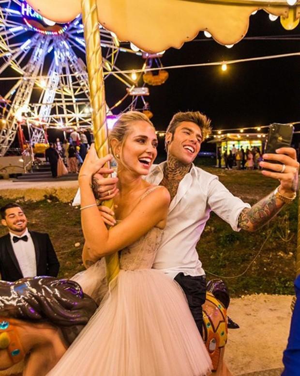 Casamento Chiara Ferragni e Fedez: Noivos no carrossel, em parque recriado  (Foto: Instagram/Reprodução)