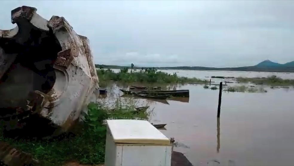 Após chuvas, águas de barragem Armando Ribeiro Gonçalves chegam a ruínas de igreja em São Rafael (Foto: Magno Serafim)