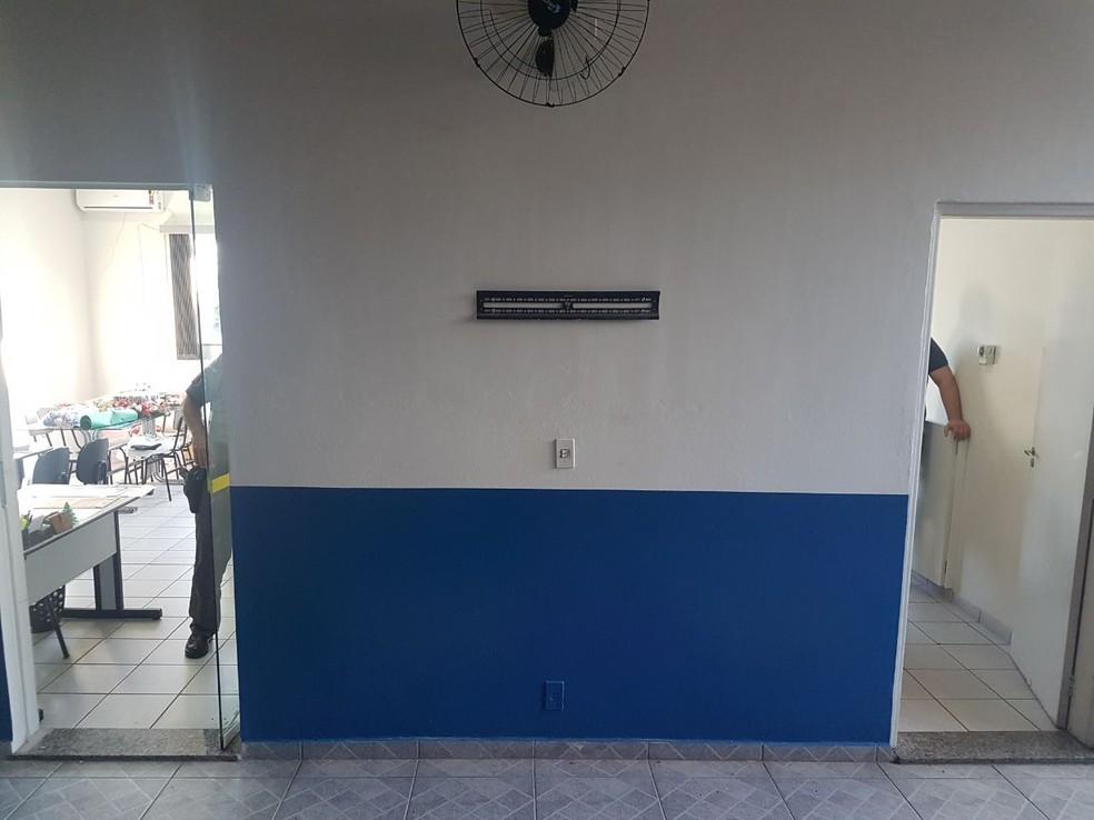 Criminosos levaram um televisor que ficava na biblioteca da ONG em Marília (Foto: ONG Junventude Criativa / Divulgação)