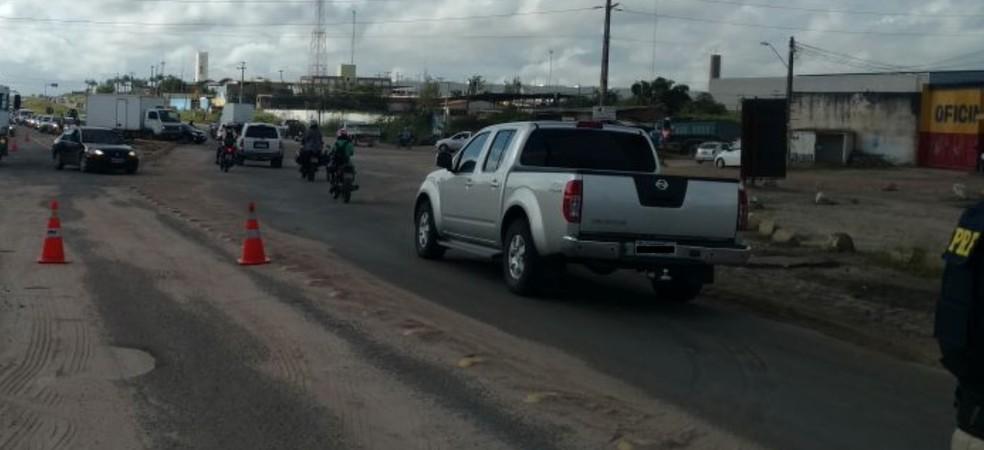 Caminhoneiros fecharam trecho da Avenida Anel Viário, nas proximidades da rotatória da Ceasa (Foto: PRF/Divulgação)