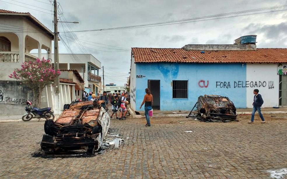 Carros foram destruídos na frente de delegacia no interior da Bahia (Foto: Arquivo Pessoal)