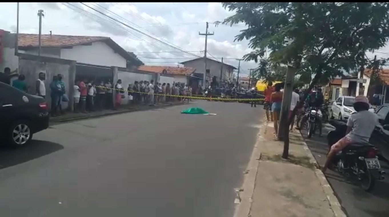 Mulher morre e filho fica ferido durante colisão entre carro e moto na Av. Zequinha Freire