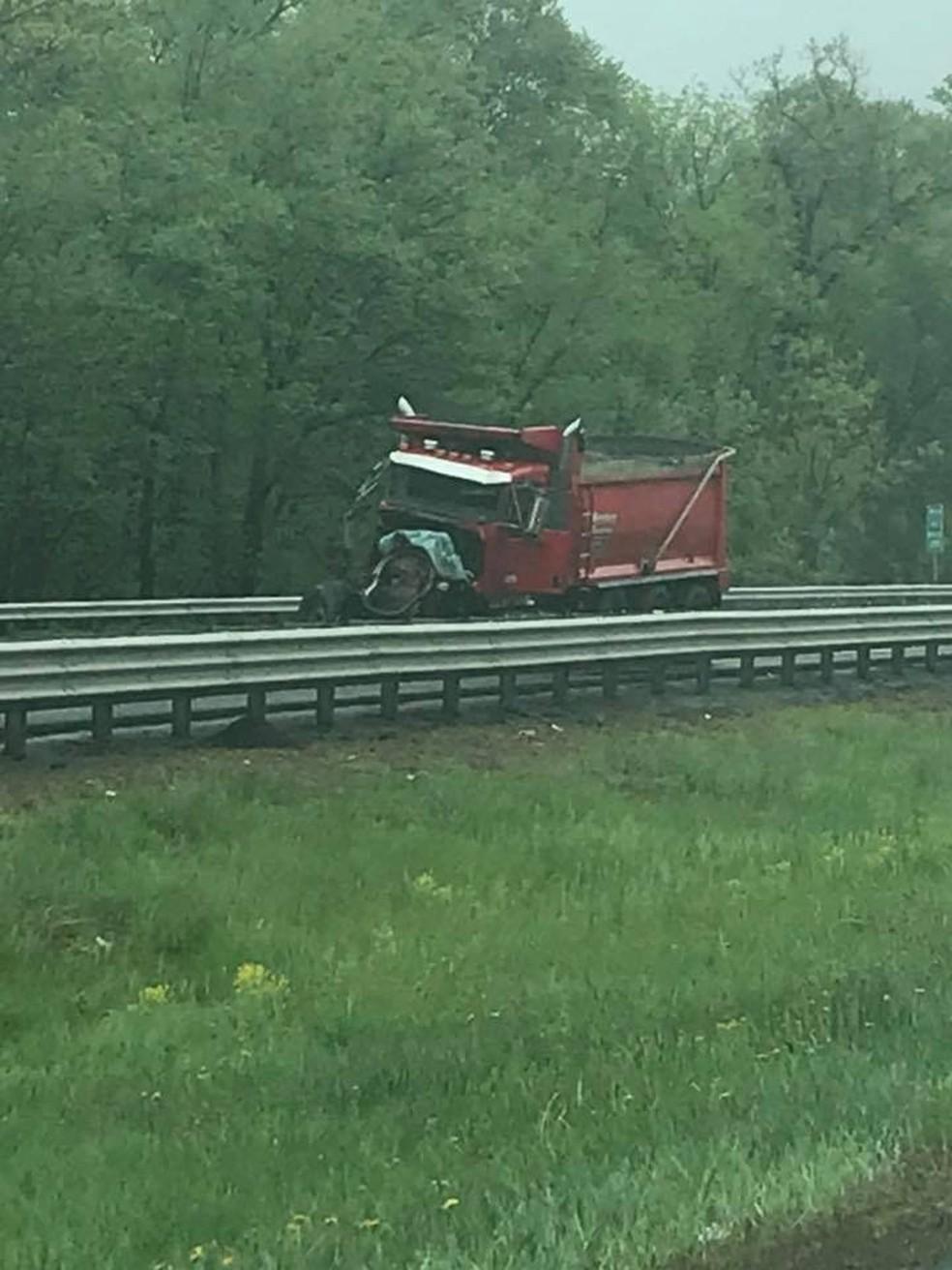 -  Caminhão é visto após acidente com ônibus escolar em Nova Jersey, nos EUA  Foto: Jay Falting via Reuters