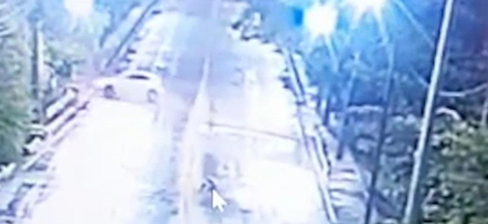 Imagens de câmeras de segurança flagram o momento em que o carro sai da pista na cabeceira da Ponte Bandeira Tribuzzi, em São Luís (MA) — Foto: Reprodução/TV Mirante
