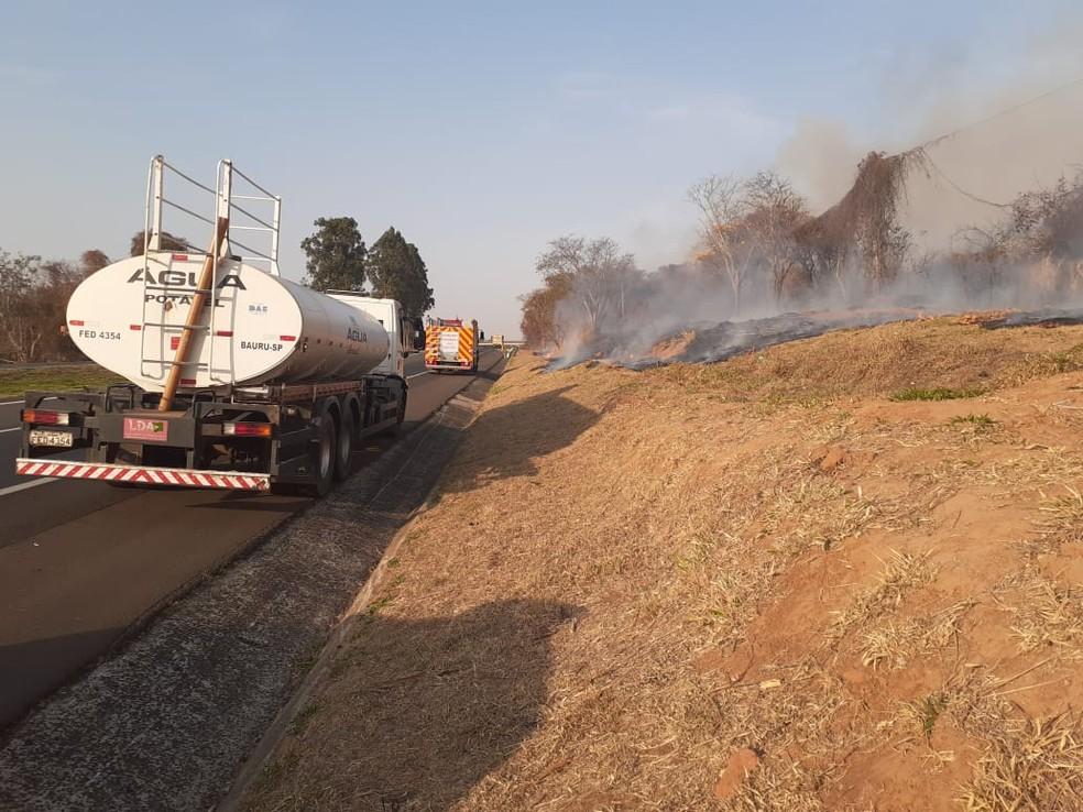 Incêndio foi registrado no Recanto Aprazível em Bauru (SP) nesta quarta-feira (25) — Foto: Defesa Civil/ Divulgação