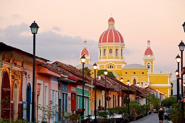 Nicaragua, Granada, Calle La Calzada and  Cathedral de Granada (Foto: Getty Images/AWL Images RM)