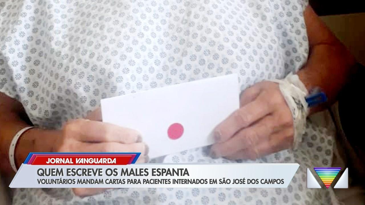 Voluntários escrevem cartas para pacientes internados em hospitais em São José dos Campos