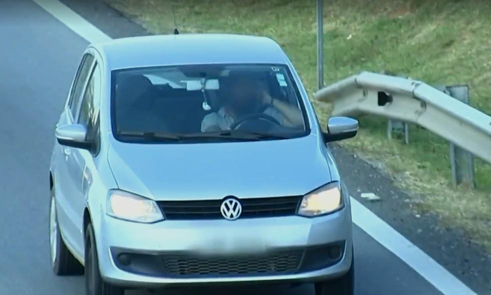 Motorista é flagrado descumprindo lei que proíbe manuseio e uso de celular ao volante (Foto: TV Globo/Reprodução)