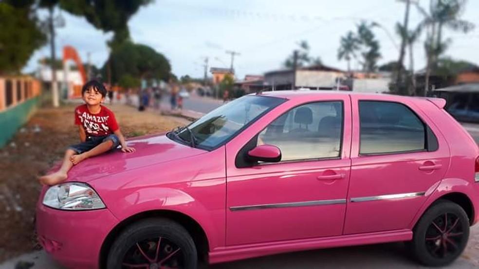 Foto tirada por Izza do filho Miguel em cima do carro rosa, uma grande conquista — Foto: Izalina de Souza/Arquivo Pessoal