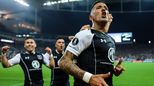 Barrios comemora o gol do Colo-Colo na Arena