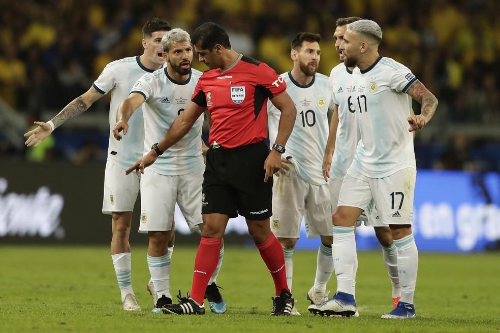 Argentinos reclamaram muito da arbitragem de Roddy Zambrano em eliminação para o Brasil — Foto: Getty Images