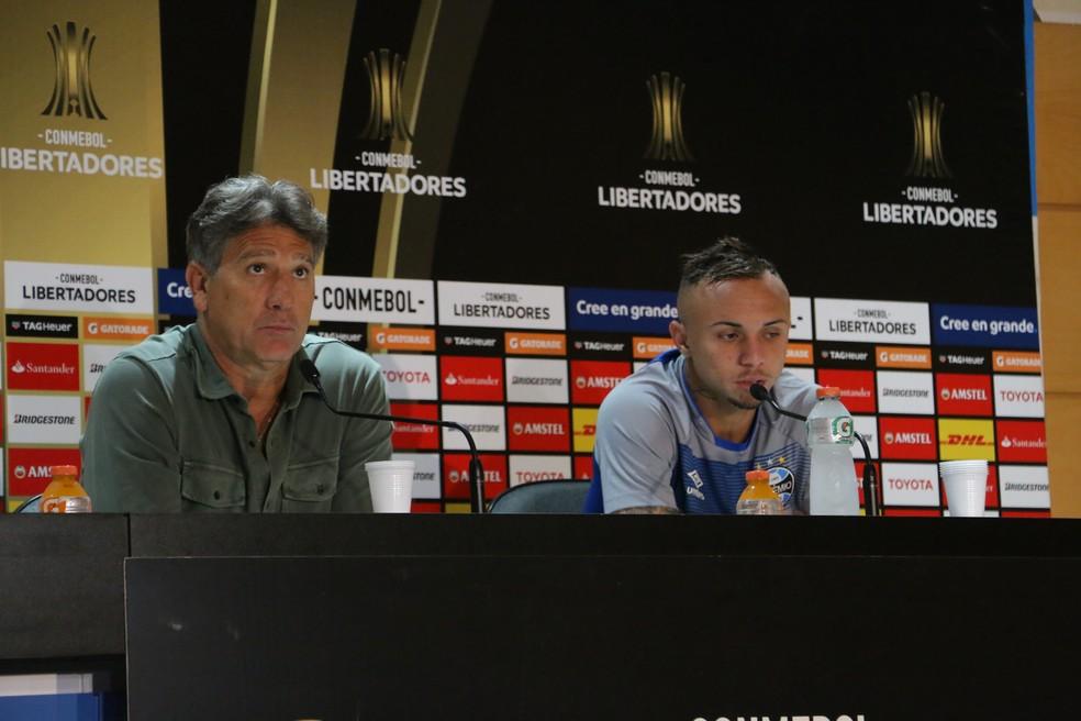Renato e Everton participaram de entrevista coletiva após goleada (Foto: Eduardo Moura)