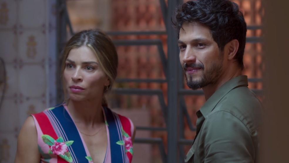 Paloma (Grazi Massafera) tenta amenizar o climão entre as filhas e Marcos (Romulo Estrela) — Foto: TV Globo