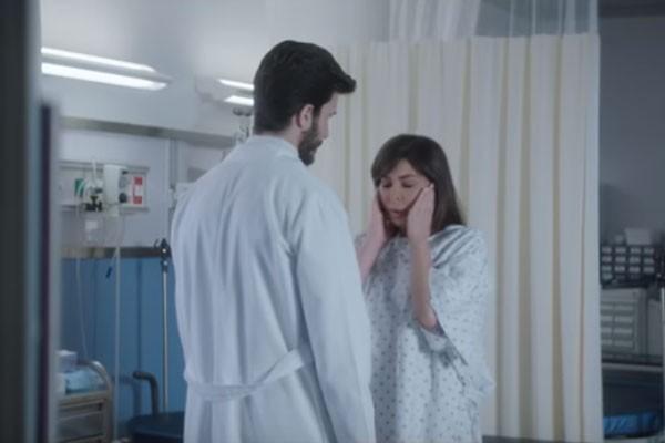 Clipe mostra a cantora realizando exames e deitada em uma cama de hospital (Foto: Reprodução/YouTube)