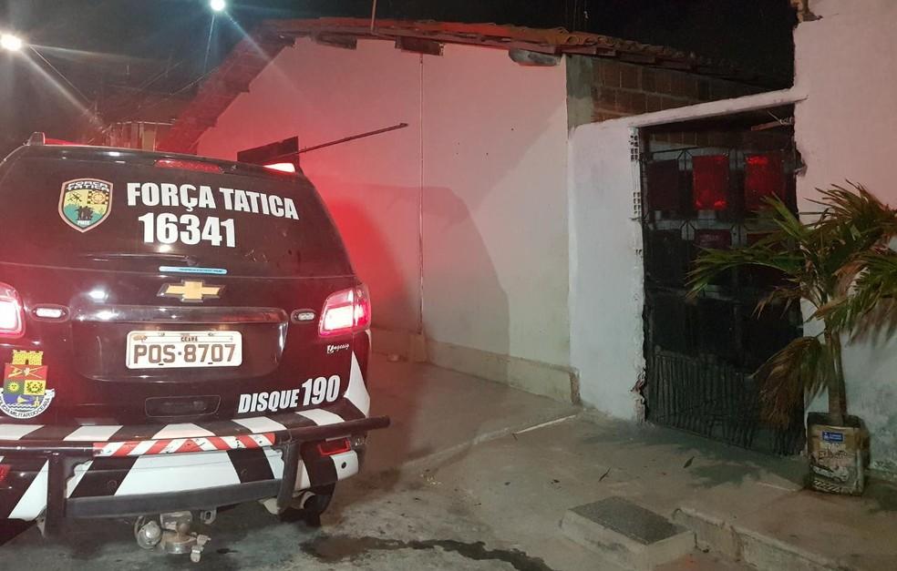 Grupo invadiu uma vila e atacou casal na Messejana. — Foto: Rafaela Duarte/ Sistema Verdes Mares
