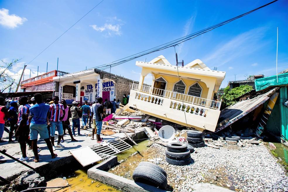 Moradores observam casas que desabaram com o terremoto em Les Cayes, no Haiti — Foto: Ralph Tedy Erol/Reuters