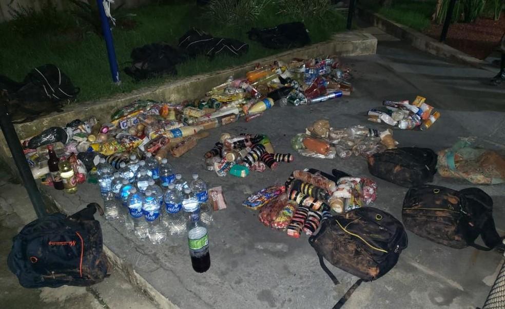 Mochilas estavam carregadas de drogas, alimentos e bebidas — Foto: Divulgação/SSP-BA