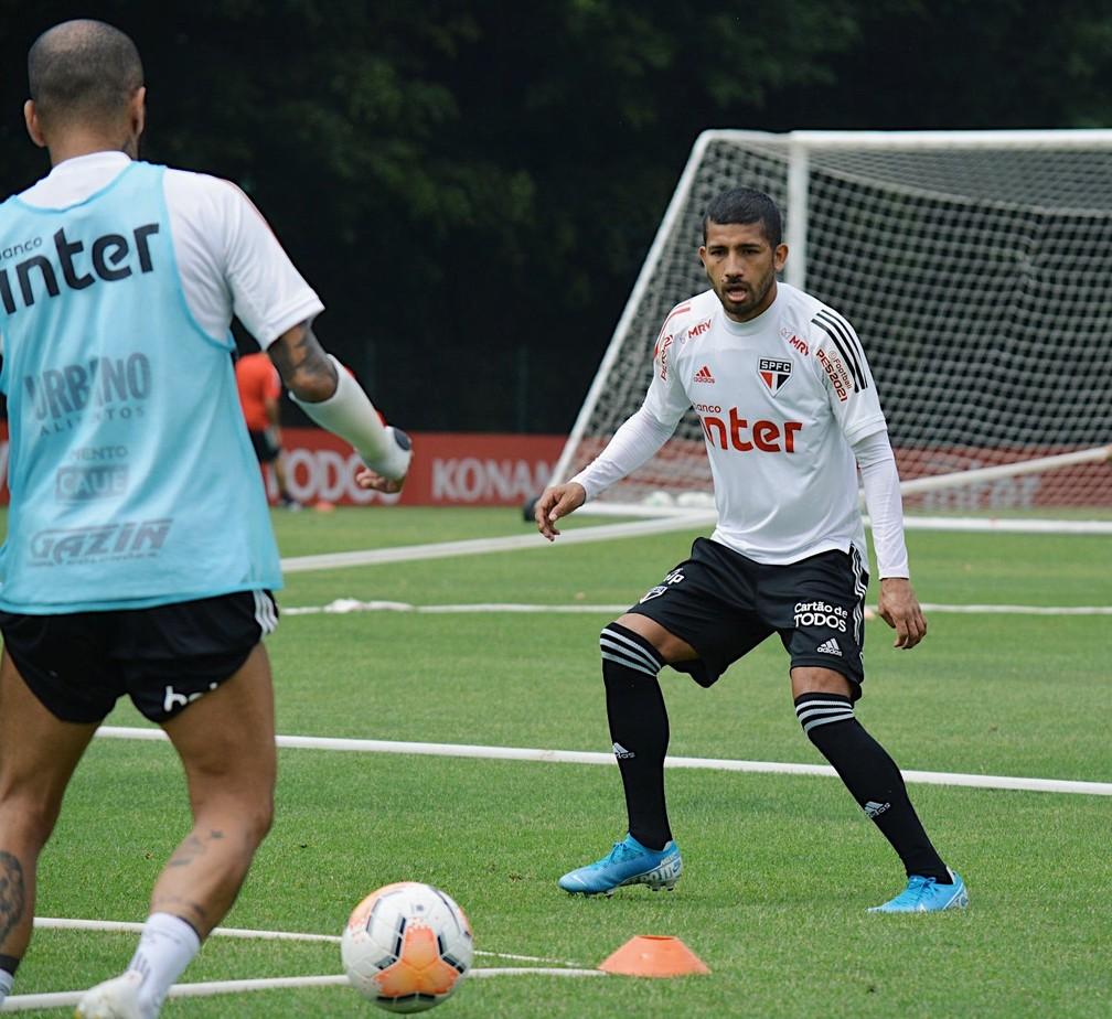 Daniel Alves e Rojas no treino do São Paulo — Foto: Erico Leonan / saopaulofc.net