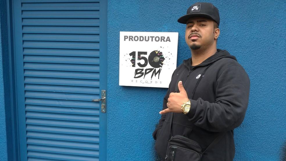 DJ Polyvox na frente de seu novo estúdio na região do Baixo Augusta, em São Paulo — Foto: Rodrigo Ortega / G1