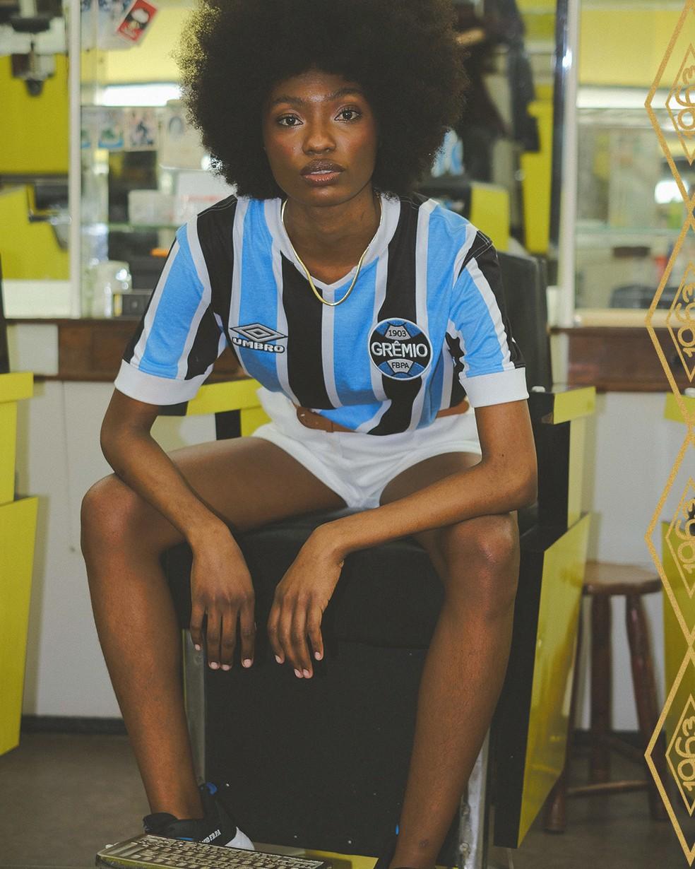 Grêmio lança nova camisa comemorativa no estilo retrô — Foto: Divulgação Umbro
