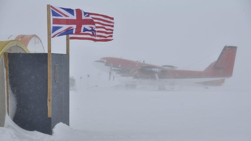 Avião que transporta pesquisadores e visitantes da geleira Thwaites, na Antártica — Foto: BBC