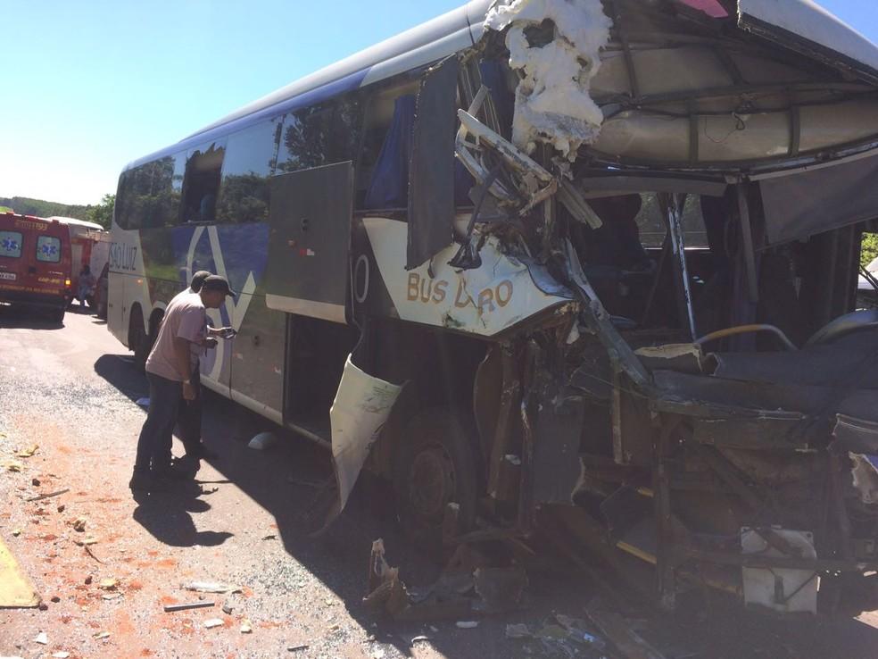 -  Frente do ônibus que bateu atrás do caminhão na BR-262, em Três Lagoas  MS   Foto: Corpo de Bombeiros/Divulgação