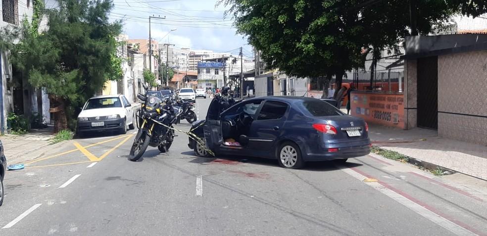 Homem matou a mulher e jogou vítima de carro em movimento em Fortaleza — Foto: Leábem Monteiro/SVM