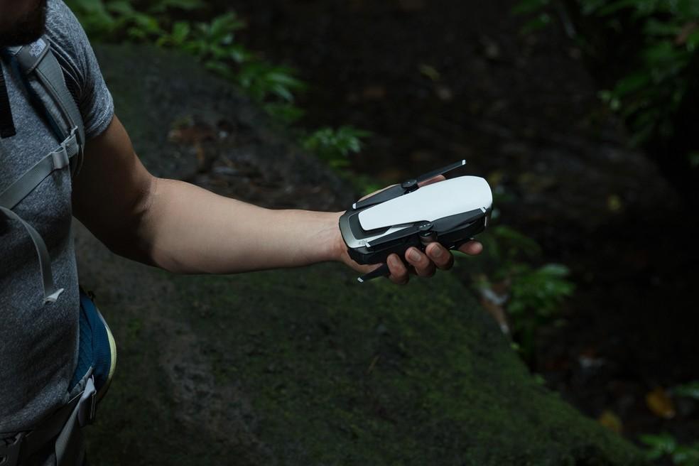 Mavic Air tem braços retráteis que, dobrados, tornam o drone mais fácil de transportar (Foto: Divulgação/DJI)