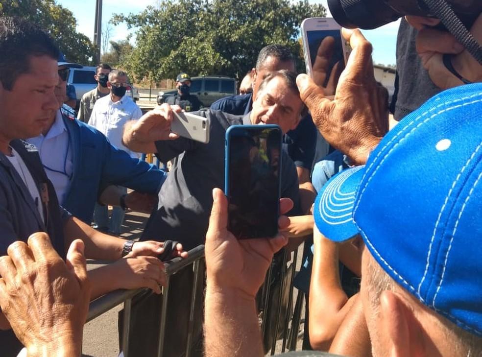 Presidente tirou fotos com apoiadores em Barreiras — Foto: Carlos Augusto/TV Oeste