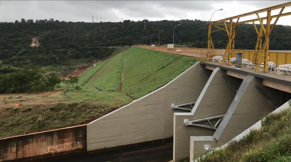 Parte da barragem com gramíneas e que não tem contato com a água do lago Paranoá. — Foto: Daumildo Júnior/G1