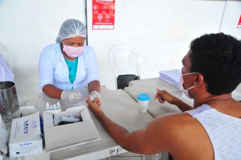 Moradores de rua fazem testagem rápida do novo coronavírus em São Luís