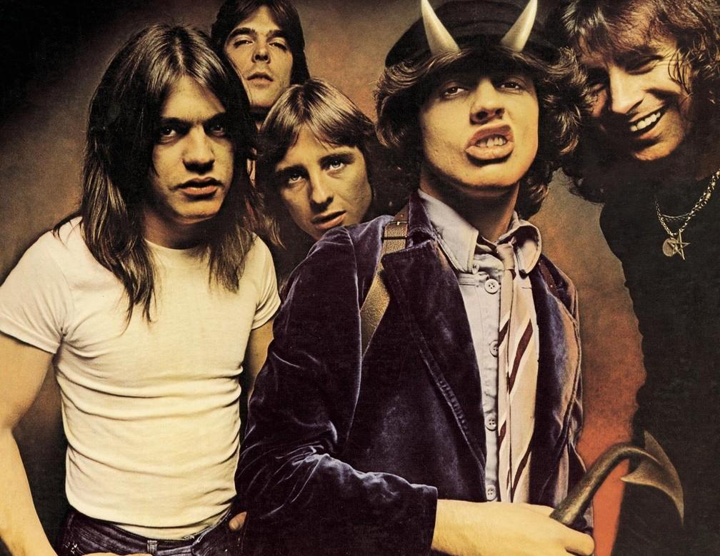AC/DC com Malcolm (1º da esq) na capa do disco 'Highway to hell', de 1979 (Foto: Divulgação)