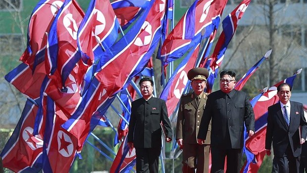 O líder norte-coreano Kim Jong-un participa das comemorações de inauguração de um bairro de arranha-céus (Foto: How Hwee Young/EFE)