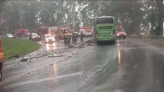 Acidente entre ônibus e carreta deixa 4 mortos e mais de 10 feridos em SC