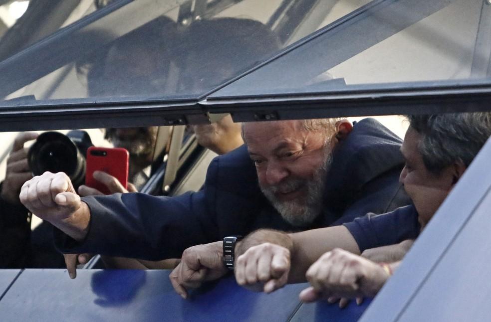 Lula acena para militantes da janela do Sindicato dos Metalúrgicos do ABC, em São Bernardo do Campo (Foto: Miguel Schincariol/AFP)
