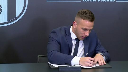 """Arthur assina contrato e é apresentado no Barcelona: """"Dia mais feliz da minha vida"""""""