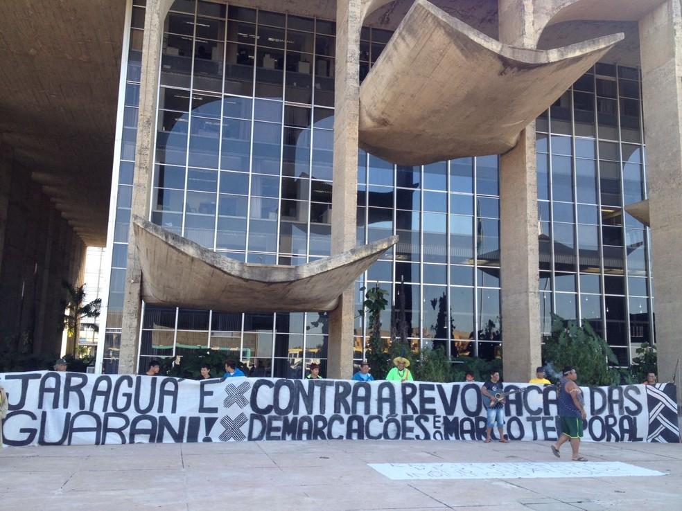 Índios estendendo cartazes em frente ao Ministério da Justiça, em protesto contra redução de demarcação de terra (Foto: Bianca Marinho/G1)