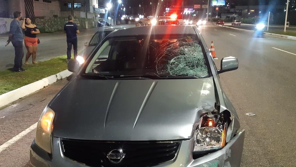 Carro com marcas do atropelamento, que aconteceu na BR-101, em Natal, na noite da segunda (14). — Foto: Sérgio Henrique Santos/Inter TV Cabugi