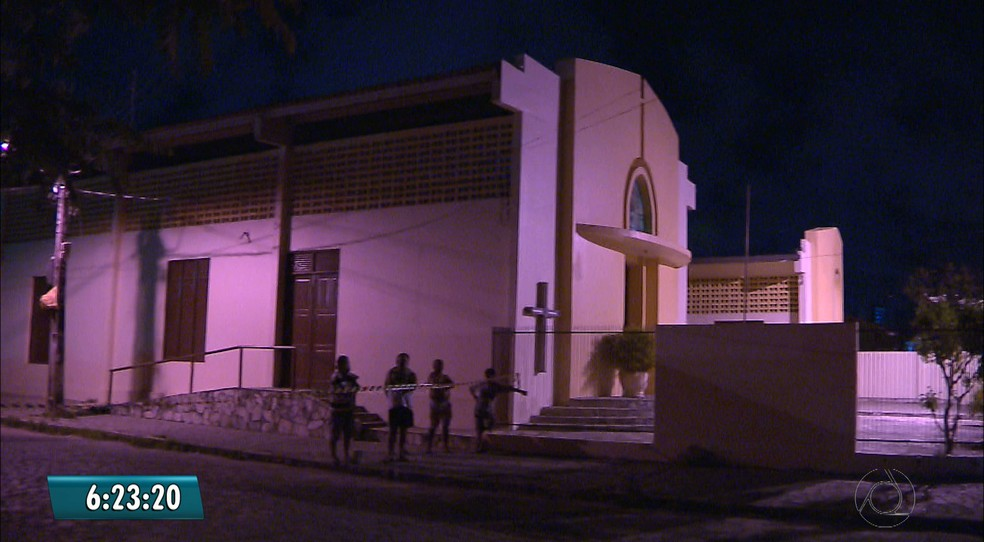 Jovem tentou fugir dos suspeitos, mas caiu em frente a uma igreja católica, em João Pessoa. (Foto: Reprodução/TV Cabo Branco)