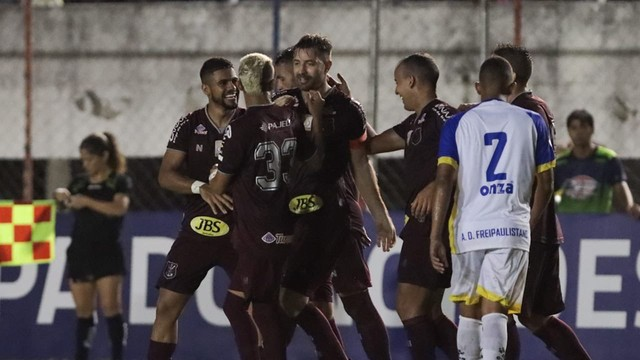 Jogadores do Náutico comemoram gol marcado no Etelvino Mendonça