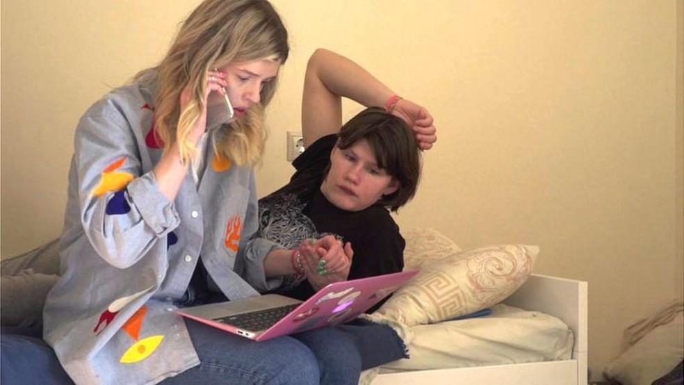Nina e Arina passaram a viver juntas durante lockdown em Moscou — Foto: BBC