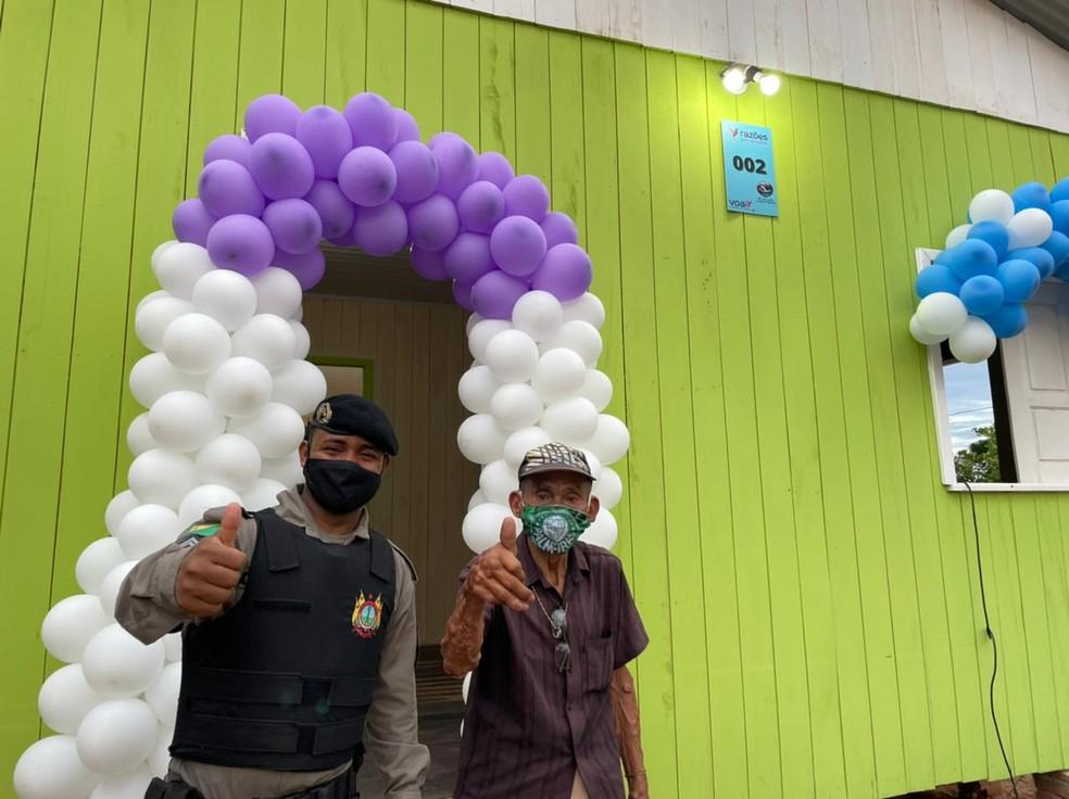 Bernardo Silva e Derineudo Souza durante entrega da casa nova — Foto: Arquivo pessoal