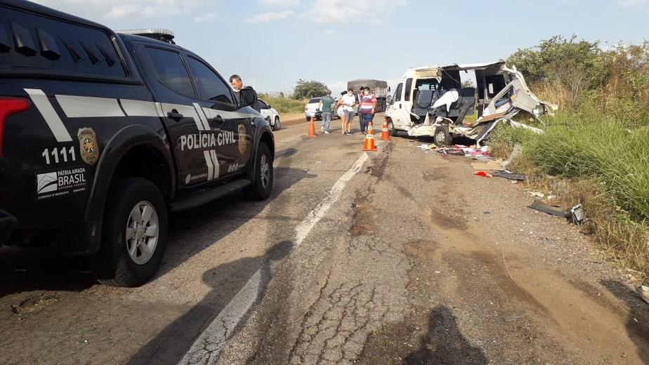 Acidente entre caminhão e van deixa um morto em Santa Maria, no RN