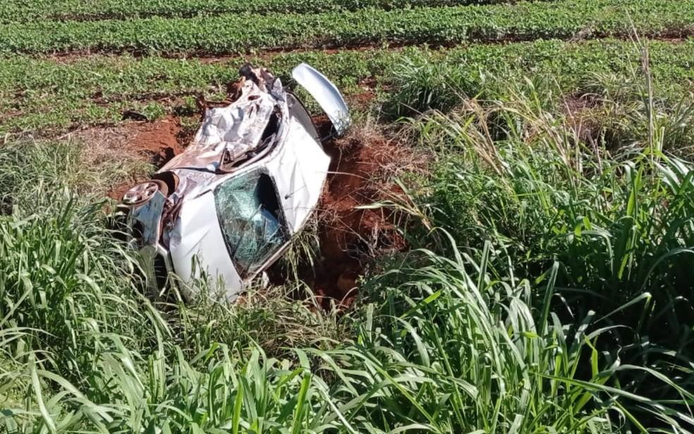 Três pessoas morrem em grave acidente que deixou carro partido ao meio na BR-452, em Rio Verde — Foto: Divulgação/Corpo de Bombeiros