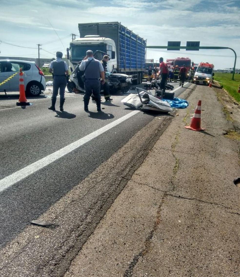 Acidente entre caminhão, carros e motos foi registrado na rodovia Castello Branco, em Boituva (Foto: Arquivo Pessoal)