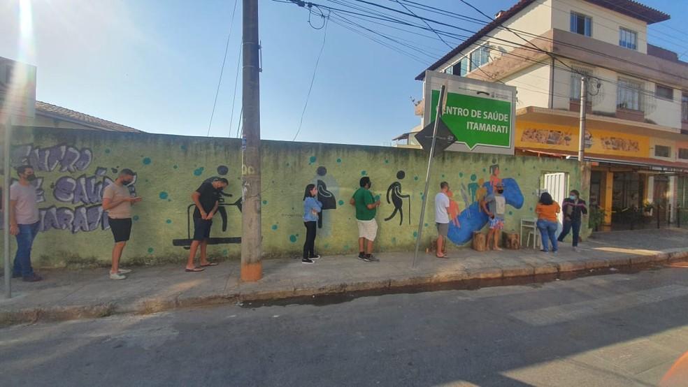 Fila para vacinação de pessoas com 29 anos no Centro de Saúde Itamarati, no bairro Paquetá. — Foto: Camila Falabela / TV Globo