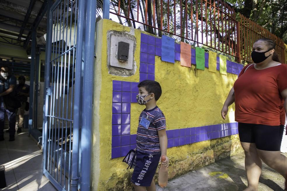Movimentação de estudantes na retomada das aulas presenciais na Escola Municipal de Educação Infantil (EMEI) São Paulo, na Vila Clementino, zona sul da capital paulista, na manhã desta segunda-feira, 15 de fevereiro de 2021, em meio à pandemia de coronavírus (covid-19). — Foto: BRUNO ROCHA/ENQUADRAR/ESTADÃO CONTEÚDO
