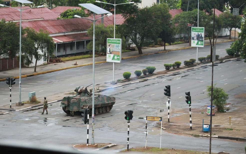 Um tanque na estrada que leva ao escritório do presidente Robert Mugabe em Harare (Foto: Tsvangirayi Mukwazhi / AP Photo)