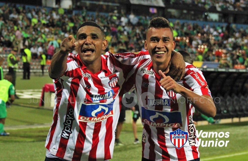 Victor Cantillo (à direita) pelo Junior Barranquilla — Foto: Divulgação